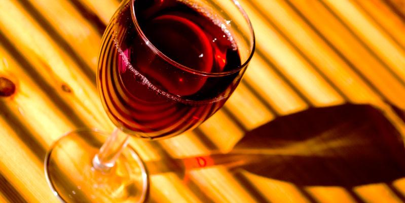 beneficios y perjuicios del vino tinto